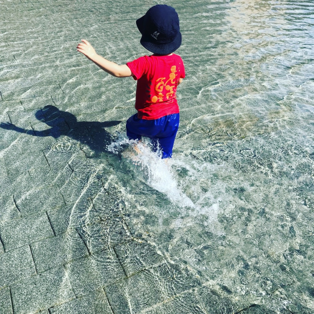 サンポート高松で水遊び